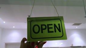 Владелец магазина поворачивая закрытый подписывает внутри вход магазина сток-видео