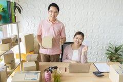 Владелец мелкого бизнеса запуска дома независимый заказ продукта проверки продавца пар, пакуя товары для доставки к клиенту стоковая фотография rf