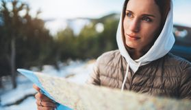 Владение девушки в руках смотря на карте, ослабляет туристские перемещения автоматическим автомобилем, отключение людей планируя  стоковые изображения rf
