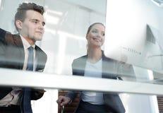 владение домашнего ключа принципиальной схемы дела золотистое достигая небо к коллеги смотря экран компьютера Стоковые Фотографии RF