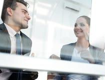 владение домашнего ключа принципиальной схемы дела золотистое достигая небо к коллеги смотря экран компьютера Стоковая Фотография RF