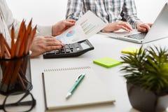 владение домашнего ключа принципиальной схемы дела золотистое достигая небо к 2 бизнесмен работа и встречать диаграммы на офисе н Стоковая Фотография