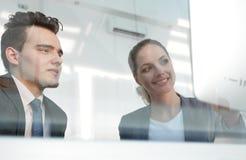 владение домашнего ключа принципиальной схемы дела золотистое достигая небо к коллеги смотря экран компьютера Стоковое Изображение RF