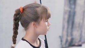 Владение маленькой девочки к веревочке и взглядам прочь акции видеоматериалы