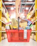 Владение руки корзина для товаров вполне конструкционных материалов на запачканной предпосылке магазина иллюстрация 3d иллюстрация штока