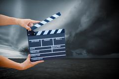 владение руки шифер фильма с облаком шторма стоковое фото