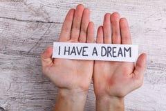 Владение рук бумажный знак с надписью я имею мечту Стоковое Изображение