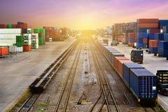 Владение штабелеукладчика грузовой контейнер перевозки коробки и поезда контейнера стоковая фотография