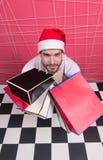 Владение santa человека кладет в мешки на черно-белом checkered поле Стоковые Фотографии RF