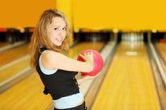 владения боулинга шарика подготовляют ход к женщине Стоковые Фото