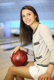 владения девушки клуба боулинга шарика красивейшие сидят Стоковое Фото