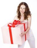 Владения красивейшей девушки ся подарок в коробке Стоковые Изображения RF