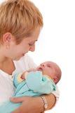 Владения молодой женщины на руках ее newborn младенец Стоковое фото RF