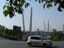 Владивосток, взгляд золотого моста и золотой рожок преследуют стоковое изображение