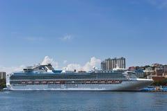ВЛАДИВОСТОК, РОССИЯ - 2-ОЕ СЕНТЯБРЯ 2015: Принцесса диаманта Cruiseship на пристани дальше в Владивостоке, России Стоковое Изображение RF