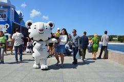 Владивосток, Россия, 10-ое сентября 2017 Талисман Олимпийских Игр 2018 в Сеуле, белый тигр зимы на прогулке, FEFU, Vl Стоковое Изображение RF