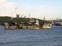 Владивосток, Primorsky kray/Россия - 7-ое сентября 2018: Старое рыболовецкое судно Ямато выходя порт Владивосток к рыбной ловле к стоковое фото rf