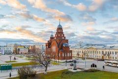ВЛАДИМИР, РОССИЯ -05 11 2015 Старая троица виска верующих в квадрате театра Стоковые Изображения