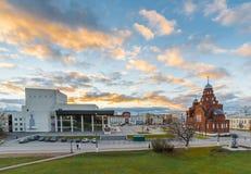 ВЛАДИМИР, РОССИЯ -05 11 2015 Старая троица виска верующих в квадрате театра Стоковые Фотографии RF