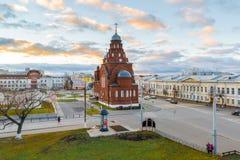 ВЛАДИМИР, РОССИЯ -05 11 2015 Старая троица виска верующих в квадрате театра Стоковое Изображение RF
