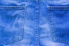 Влажные голубые джинсы вися на веревочке стоковое фото rf