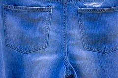 Влажные голубые джинсы вися на веревочке стоковая фотография