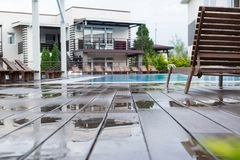 Влажные доски на бассейне с sunbeds Стоковое Изображение RF