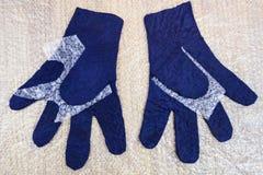 Влажные пушистые перчатки перед fulling стоковое фото