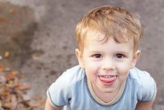 Влажный мальчик играя в воде Стоковое фото RF