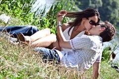 влюбленнаяся embrace женщина человека Стоковая Фотография