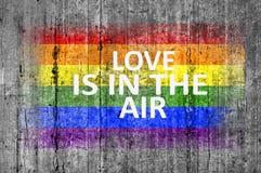 Влюбленность В флаге ВОЗДУХА и LGBT покрашенном на предпосылке текстуры предпосылки серой конкретной Стоковые Фотографии RF