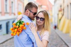 Влюбленность, датировка и концепция отношения - молодая пара в влюбленности внутри стоковое изображение
