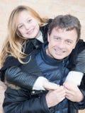 Влюбленность доли отца и дочери имеет потеху внешнюю стоковые изображения