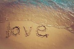 Влюбленность и принципиальная схема Валентайн Слова любов написанные в песок на пляже на Rayong, Таиланде стоковые фото