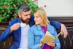 Влюбленность и flirt Общие интересы Пары в влюбленности сидят терраса кафа Человек с бородой и белокурая женщина прижимаются на р стоковое изображение rf