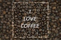 влюбленность кофе i текст зажаренных в духовке кофейных зерен Стоковые Изображения