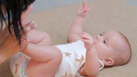 Влюбленность младенца мамы отдыха семьи материнства newborn стоковое фото rf