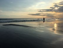 влюбленность руки пар принципиальной схемы пляжа к Стоковые Изображения RF