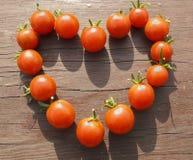 влюбленность сердца сделала знаком малые томаты Стоковое фото RF