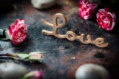 ВЛЮБЛЕННОСТЬ, сердца и цветки слова Стоковое Фото