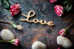 ВЛЮБЛЕННОСТЬ, сердца и цветки слова Стоковые Фотографии RF