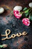 ВЛЮБЛЕННОСТЬ, сердца и цветки слова Стоковые Фото