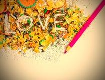 Влюбленность слова на покрашенных shavings карандаша Стоковое фото RF