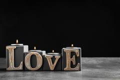 ВЛЮБЛЕННОСТЬ слова сделанная декоративных держателей для свечи Стоковые Изображения