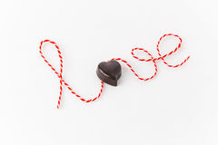 Влюбленность слова с сердцем шоколада как письмо o стоковое изображение rf
