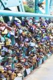 Влюбленность padlocks на мосте Tumski, Ostrow Tumski, Wroclaw, Польше Стоковые Изображения RF