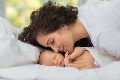Влюбленность ` s мамы newborn Стоковое фото RF