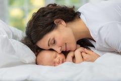 Влюбленность ` s мамы newborn Стоковые Фото