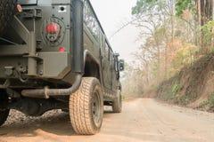 Внедорожные колеса автомобиля на lateritic дороге почвы Стоковые Изображения RF