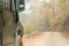 Внедорожные колеса автомобиля на lateritic дороге почвы Стоковое Изображение RF
